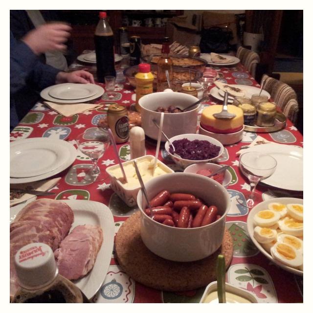 Julbord hos familjen Holmberg, potatisgratäng, sill, ägg, janssons frestelse, griljerad, rökt skinka, rödkål, bröd, laktosfritt, prinskorv, köttbullar