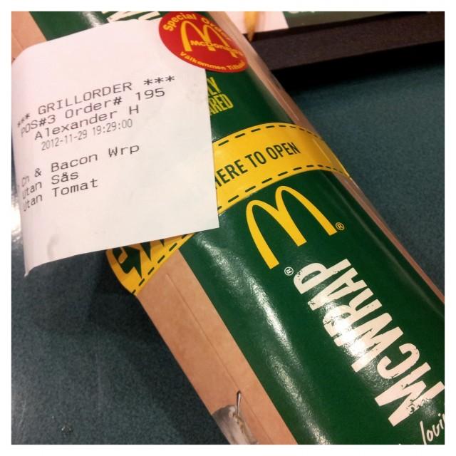 Fredagsmiddag från McDonalds, en kyckling bacon McWrap utan tomat och såser
