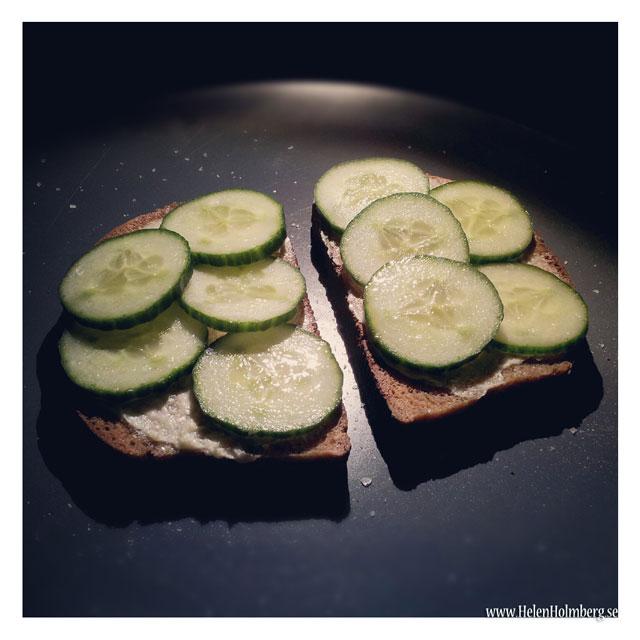 Frukost kulla kavring bröd med gurka