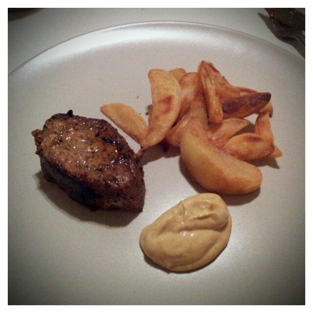 Stekt ytterfilé med potatisklyftor och bearnaisesås