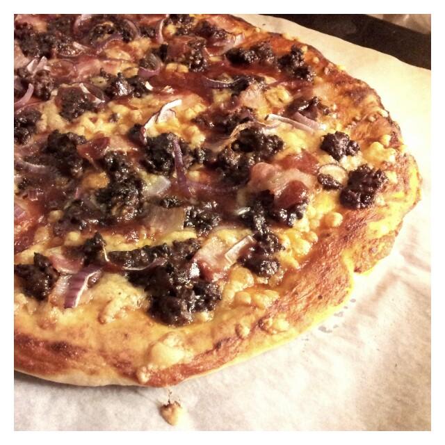 Hemlagad laktosfri pizza med egen tomatsås, köttfärssås, rödlök, bacon, riven ost och felix bbq sås