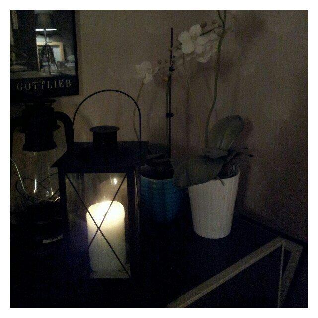 Vardagsrummet upplyst av blockljus i lykta