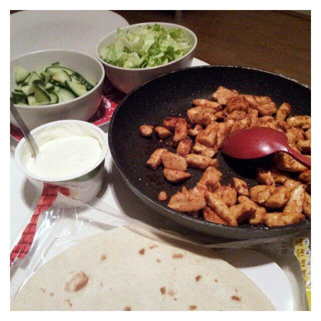 Tortillas med grönt, kyckling och creme fraiche