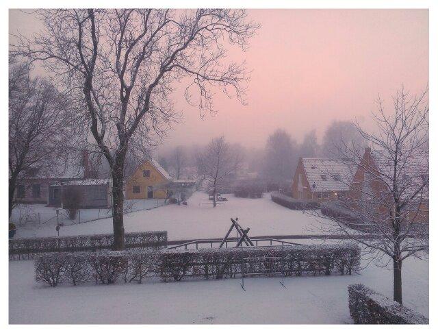 Utsikt från arbets- och vardagsrummet över snötäckt landskap