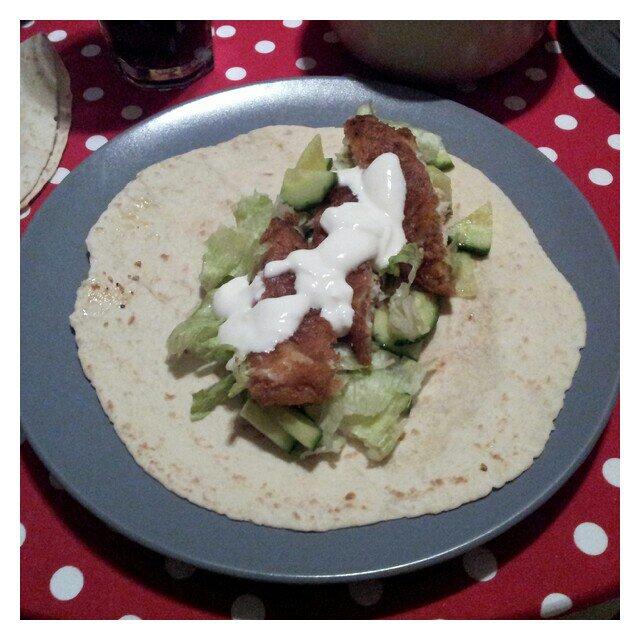 Fiskpinne taco med gurka, sallad, gräddfil och vetetortilla