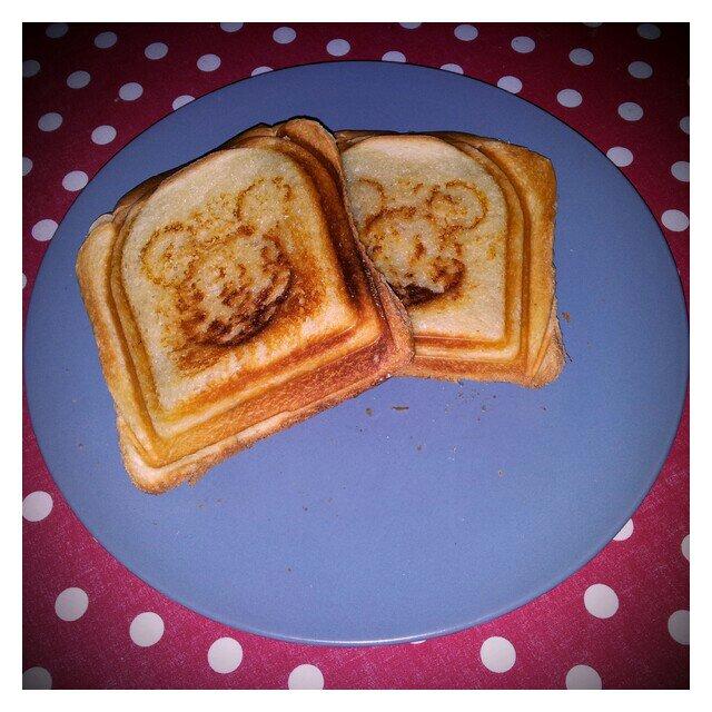 Varma mackor rökt hushållsmedvurst och herrgårds ost i musse pigg smörgåsjärnet