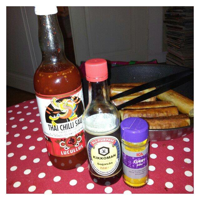 Vårrullar med thaisås, sojasås och curry