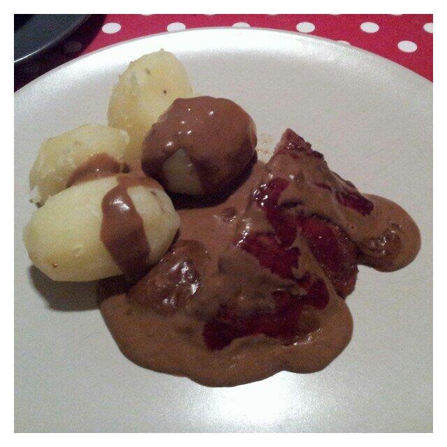 Kokt potatis med köttfärslimpa, sås och lingon