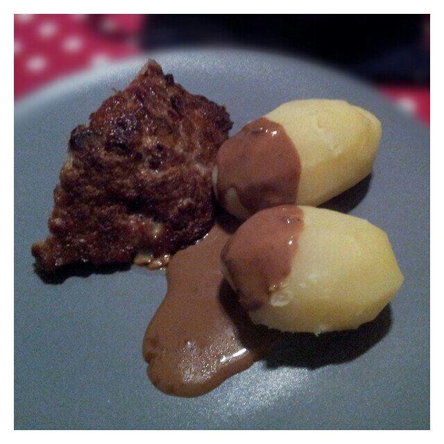 Köttfärslimpa penslad med sirap och bb sås samt kokt potatis och sås