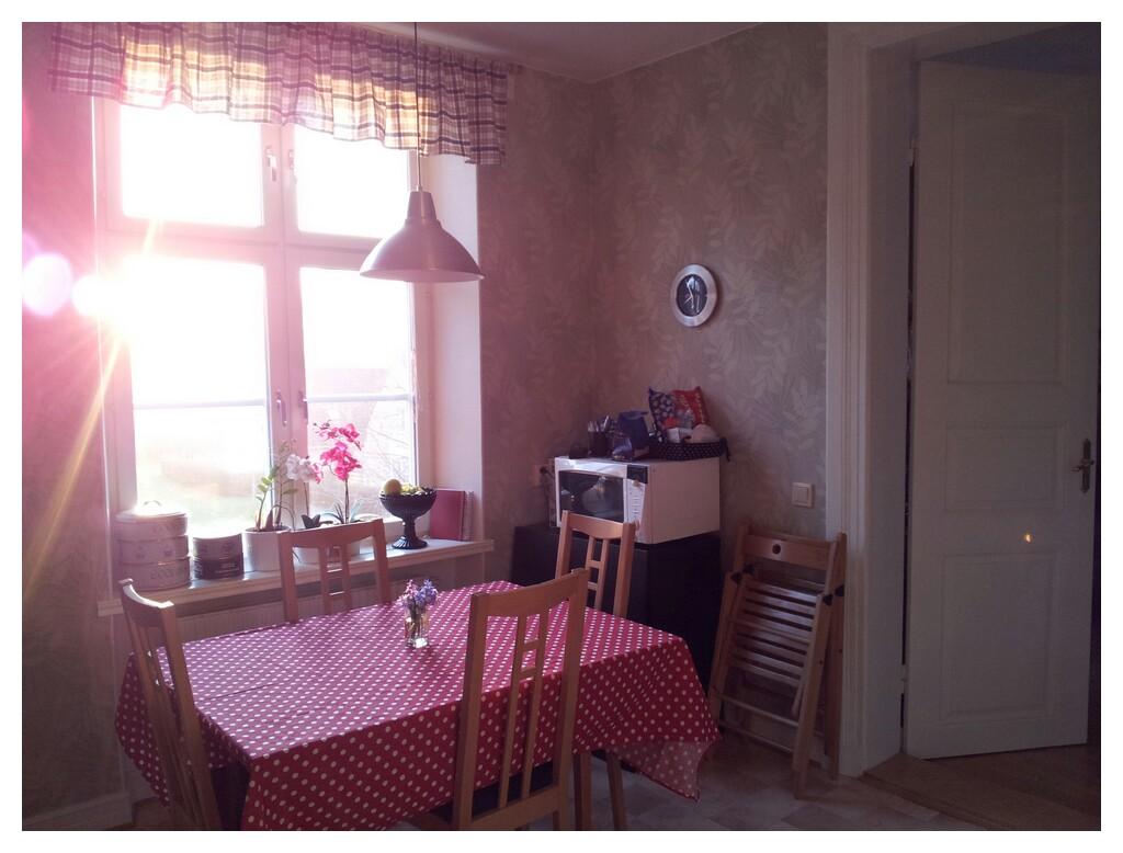 Mitt kök i solljus för något år sedan, matbord bjursta bok från ikea