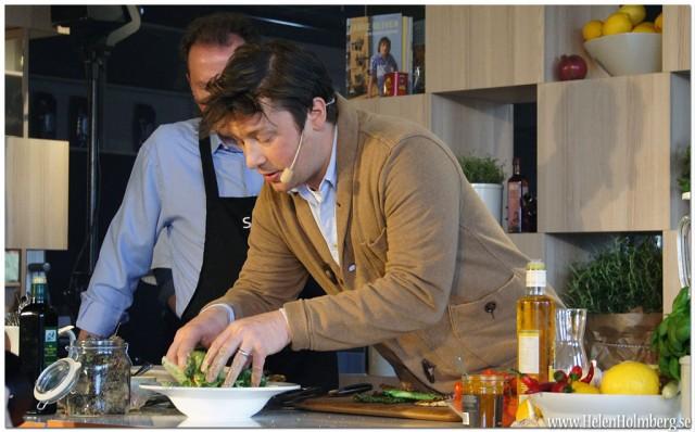 Jamie Oliver lagar mat med Scandics koncernchef, Anders Ehrling