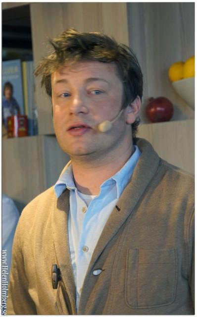 Jamie Oliver lagar mat på Scandic Upplands Väsby på pressmötet för samarbetet