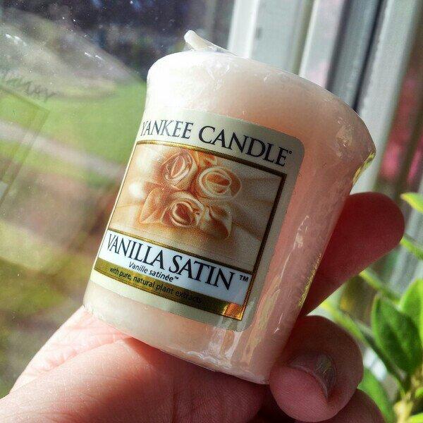Yankee candle vanilla satin