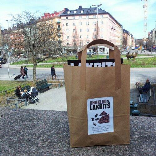 Liten paus och njuter av utsikten på Vanadisplan, Stockholm med shoppingen från Choklad & Lakrits