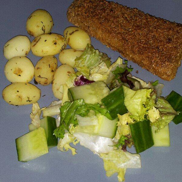 Dillkokt färskpotatis, panerad torsk och sallad
