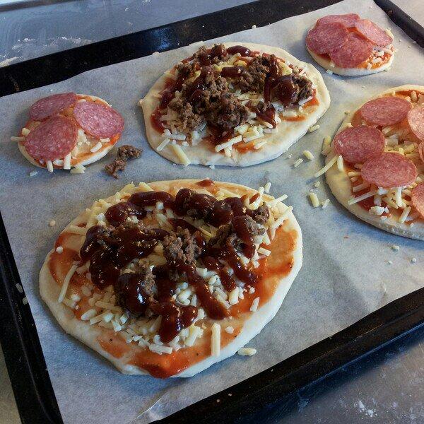Hemmagjord pizza med laktosfri pizzadeg