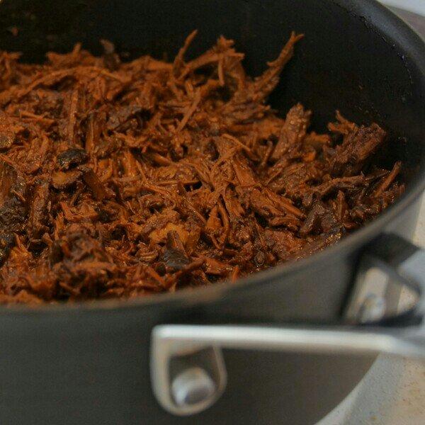 pulled-pork i surdegsbulle med sallad och laktosfri gräddfil