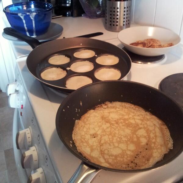 Pannkakor och plätt stekning i lilla pannkaksfabriken