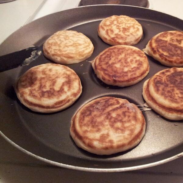 Laktosfria engelska bullar crumpets till frukost i plättjärnet