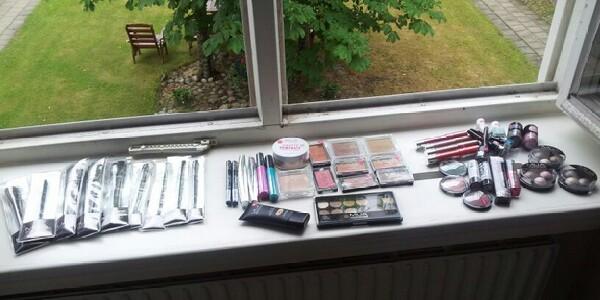Allt smink från Makeup Academy på fönsterbrädan i mitt sovrum, ser ut som en mindre sminkbutik