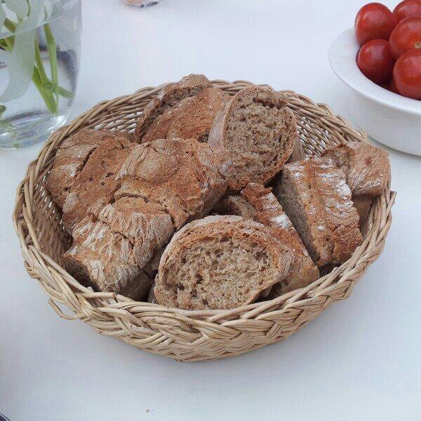 Nybakade laktosfria baguetter på fyra sädesslag