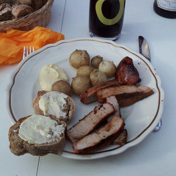 Midsommarmiddag i form av färskpotatis, grillad kyckling och flintastek, bröd och bearnaise