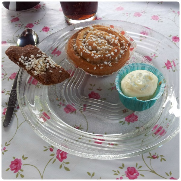 Födelsedagskalas fika med mini cupcakes (muffins med smörkräm), kanelbullar och skurna kakor