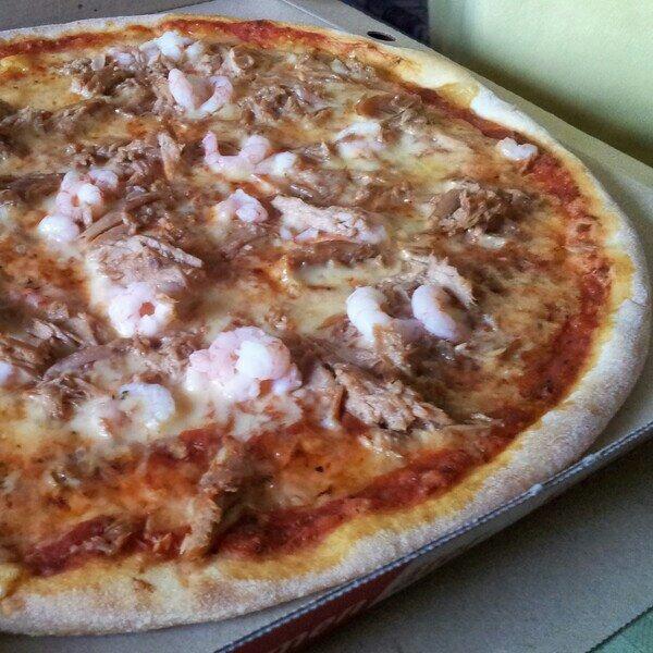 Roma, pappas pizza med tonfisk och räkor