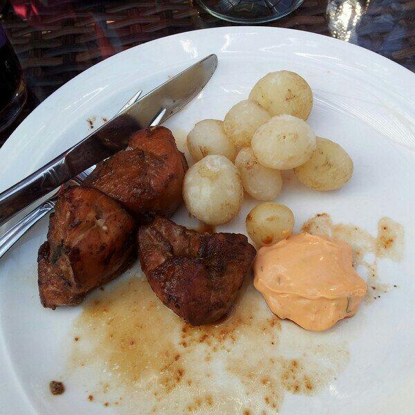 Teriyaki marinerad kyckling bröstfilé grillad på grillspett serverad med pappas färskpotatis och bearnaise