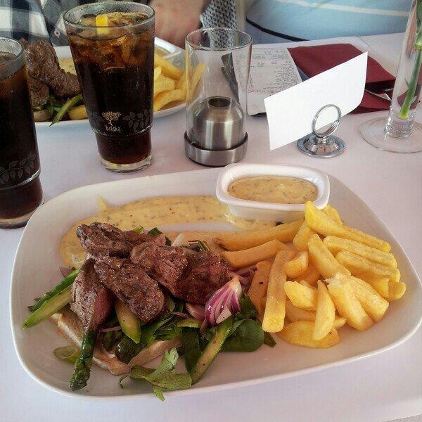 Middag på kajkanten i Höganäs - Oxfilé på toast som serveras med pommes frites och bearnaisesås