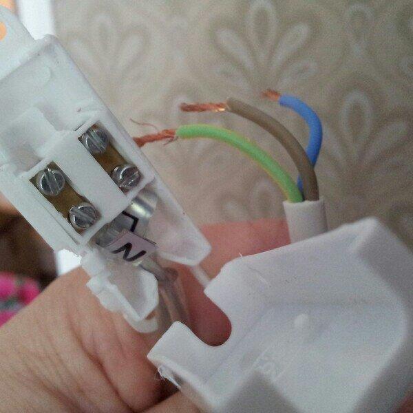 Lekte elektriker för att montera ihop sovrumslampan