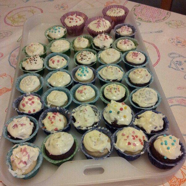 Laktosfria minicupcakes i choklad och vaniljsmak dekorerade med cupcake Gemmas smörkräm från Jamie Olivers foodtube, youtube kanal