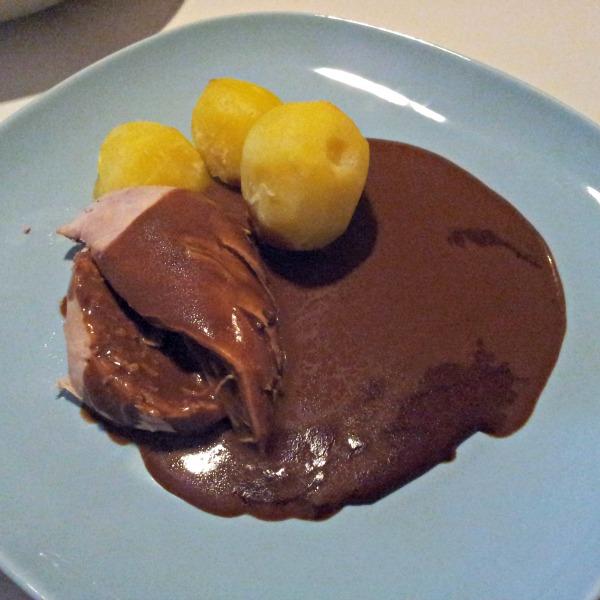 Grillad kyckling i stekpåse, smaksatt med grillolja. Serverad med brunsås och kokt potatis