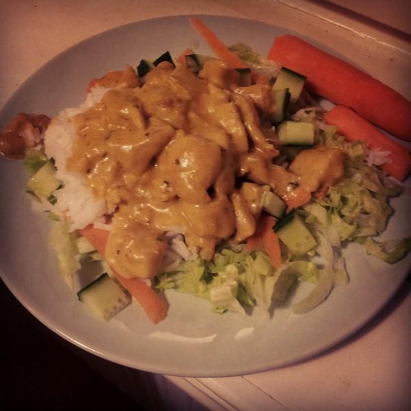 Kyckling curry med jasminris, isbergssallad, morot och gurka