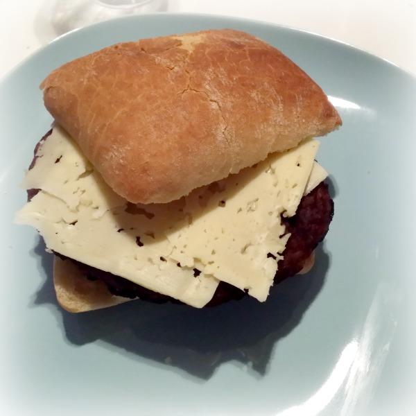 Hamburgare i ciabatta bröd med rödlök och boxholms ost