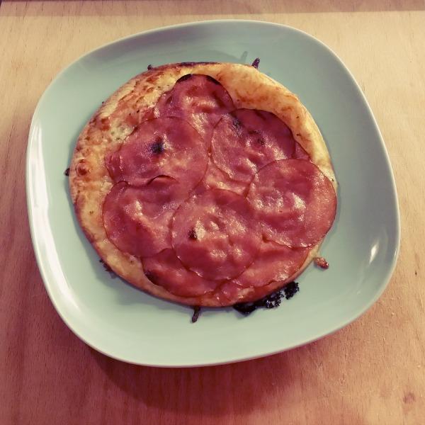 Mozzarella ost, tunna skivor hushållsmedvurst, ketchup på pizza tortilla bröd