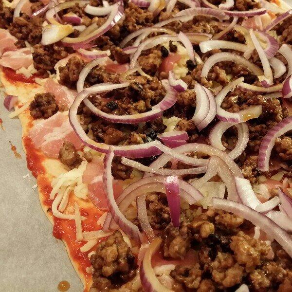 Köttfärspizza med rödlök och bacon på icas pizzakit