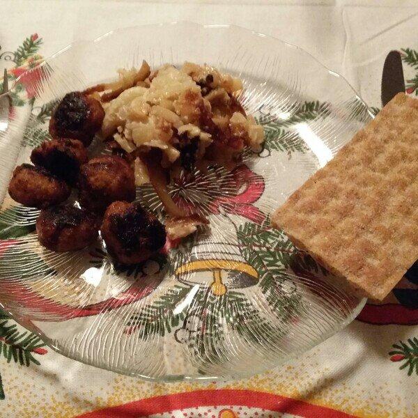 Laktosfri janssons frestelse och köttbullar på jultallriken