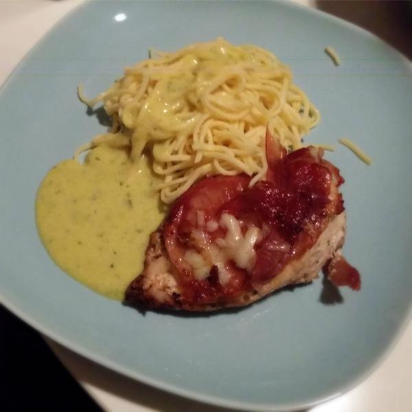 Kycklingfile fylld med allerums prästost, invirad i torkad skinka, serverad med färsk pasta och café de pari sås
