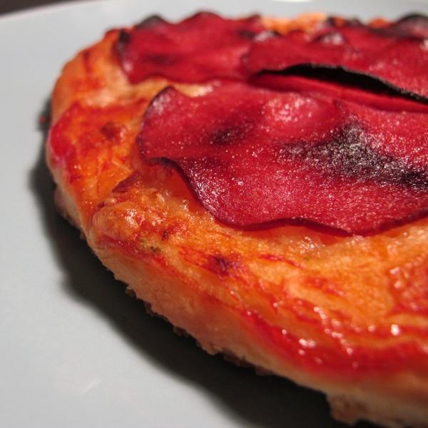 Salami pizza på bakpulver pizza scones deg