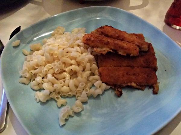 Torsk fiskpinnar och snabbmakaroner, gourmet middag för en måndag