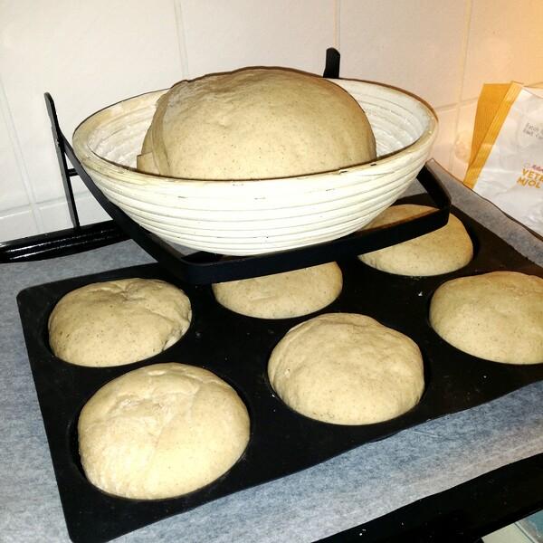 Kungsörnens mjölmix för surdeg på jäsning i brödkorg från Netto