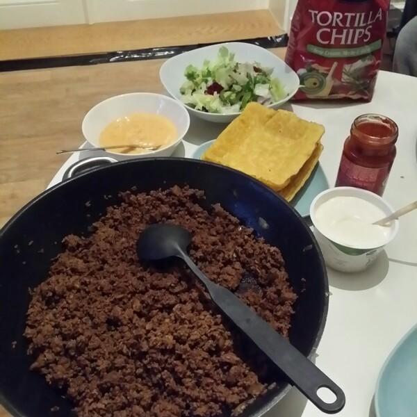 Fredags taco med Santa Maria Tortilla Chips sour cream herbs & garlic, old el paso cheddar dipp och laktosfri valio creme fraiche