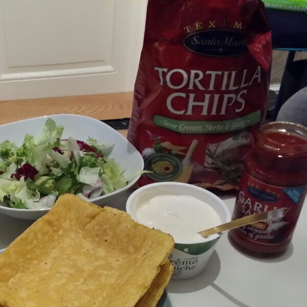 Fredags taco med Santa Maria Tortilla Chips sour cream herbs & garlic, old el paso cheddar dipp
