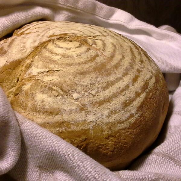 Kungsörnens mjölmix för surdeg nygräddat efter jäsning i brödkorg från Netto