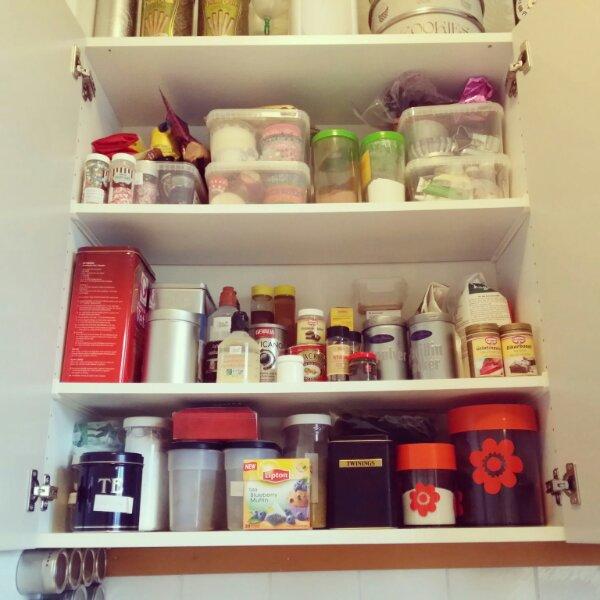 Mitt favorit köksskåp efter städning, fullt av bakformar och dekorationssaker
