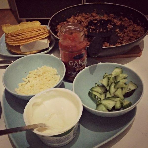 Tacos med färs röra, gurka, ost, salsa och creme fraiche