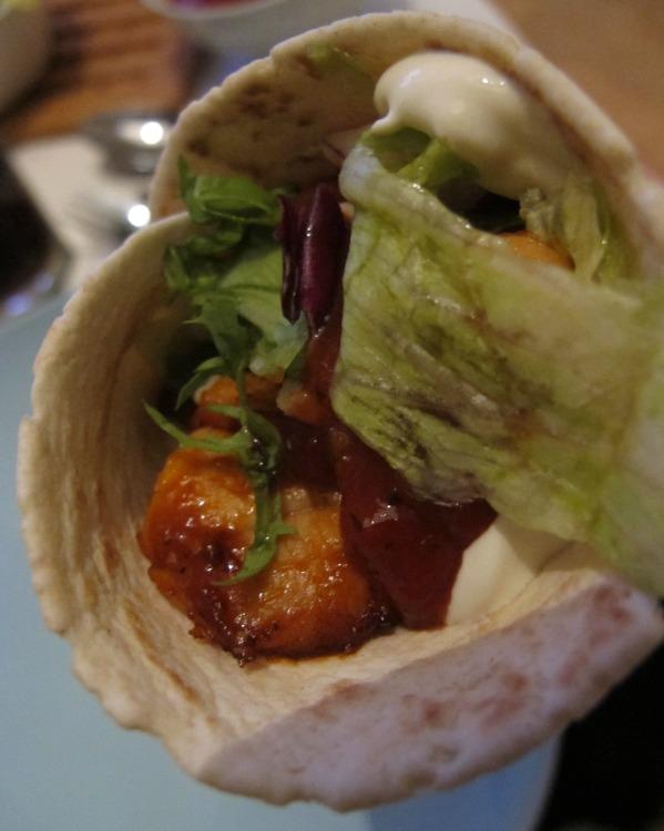 Mjuka vetetortillas med kyckling, sallad, tomatsås och creme fraiche