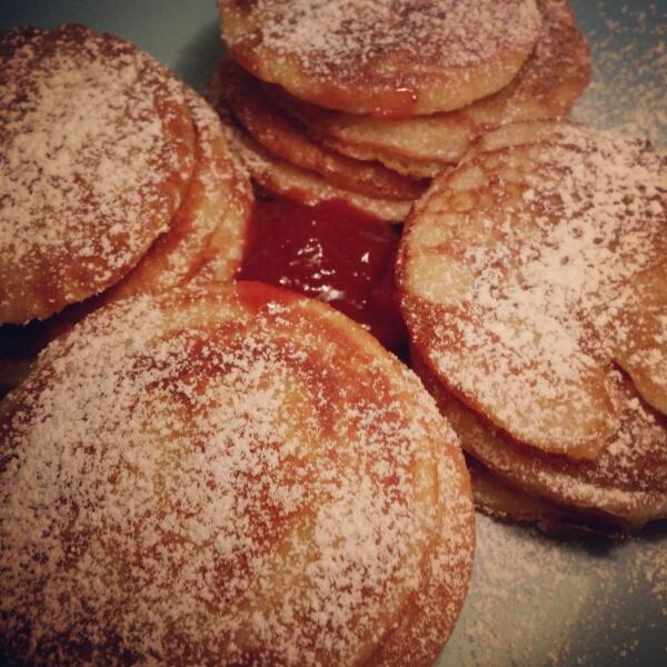 Poffertjes holländska mini pannkakor serverade med hemkokt jordgubbssylt och florsocker