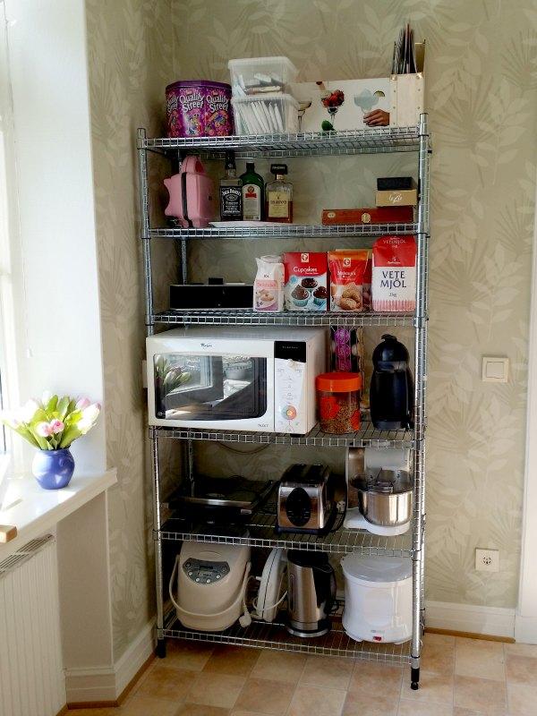 Köket har fått en ny hylla från Ikea serien Omar